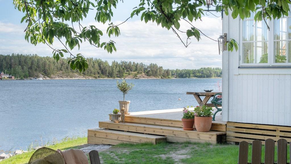Huset ligger alldeles intill strandkanten på ön Yxlan Stockholms skärgård.