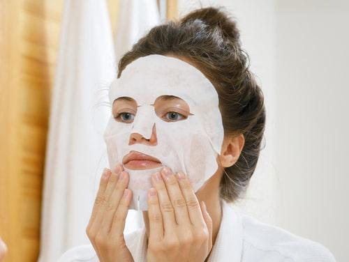En sheet mask är en fuktgivande ansiktsmask bestående av riktigt med serum på ett ark i bomull. Kallas även för arkmask.