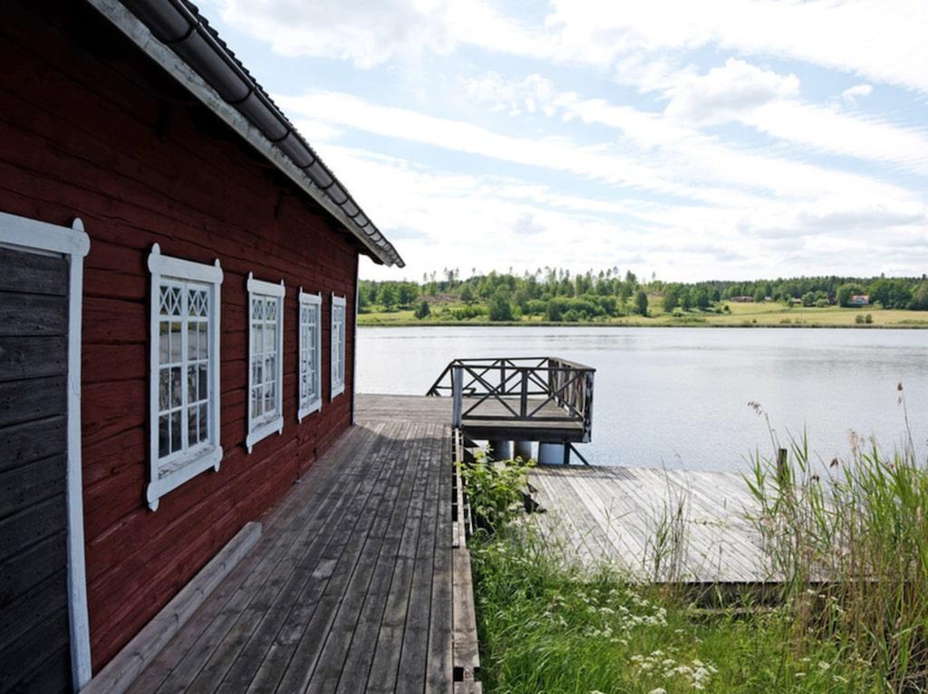 Totalarealen är 11 hektar stort, varav hälften utgörs av ett naturreservat.