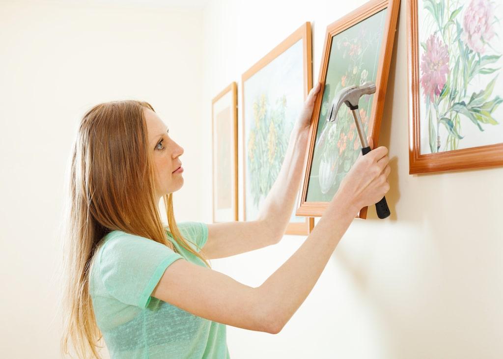 Att hänga upp tavlor kan tyckas vara en konst, men det går att träna upp. Och det finns magiska knep, bland annat en siffra att använda sig av...