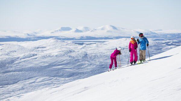 I vinter kan du både åka skidor och jaga monster i Åre.