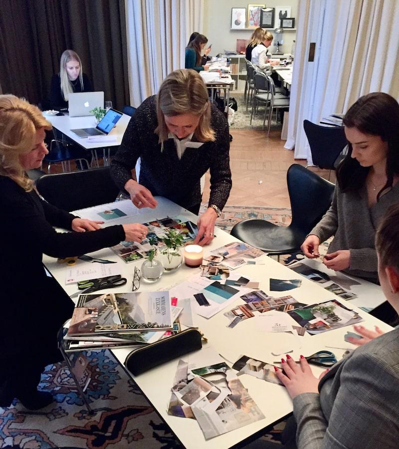 Lektionssalen på Strandvägen i Stockholm förvandlas till ett kreativt kaos när eleverna delas in i grupper för att sätta ihop sina första moodboards.