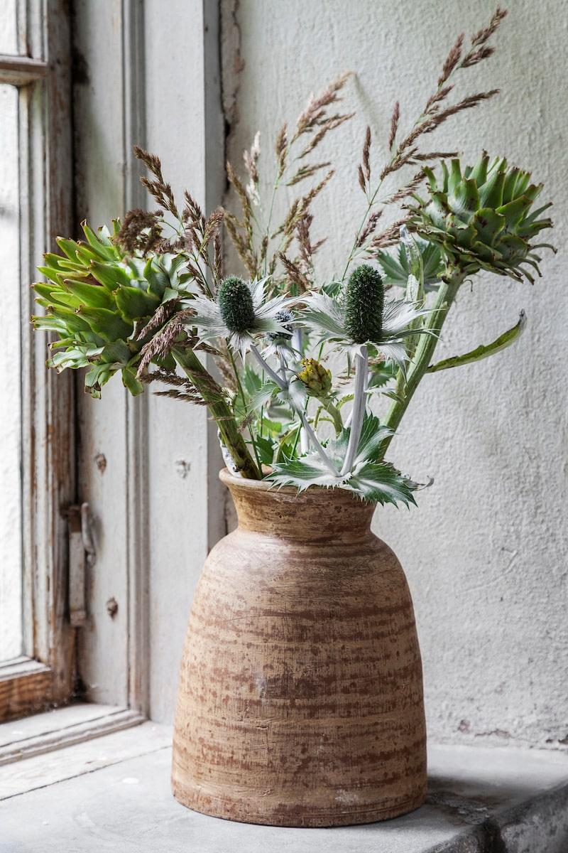 Sensommar i blåtoner. Tistlar, kronärtskocka och strån från åkern. Komplettera gärna med någon blomma från blomsterbutiken eller den lokala matbutiken.