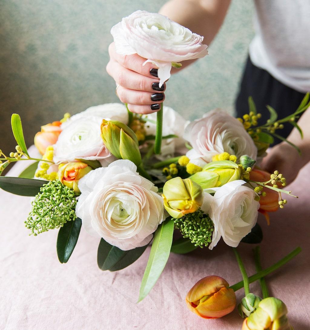 Med hjälp av tejp kan du enkelt arrangera blommor som ett proffs.