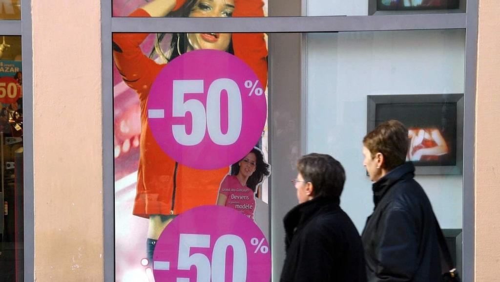 Vissa butiker öppnar tidigare än vanligt, och vill man vara säker på att få tag i något speciellt är det säkrast att hänga på låset.