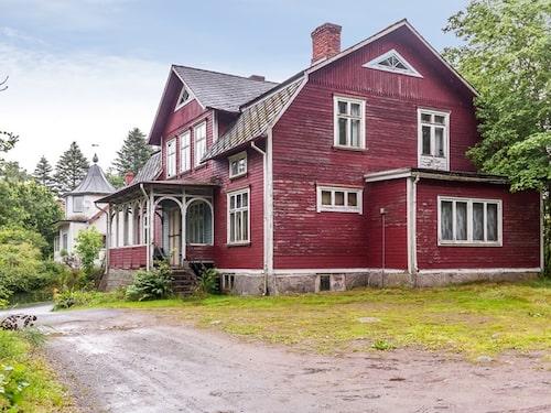 Det var längesedan någon bodde i huset. Ett tag var det lager åt ett möbelföretag och under de senaste åren har det stått tomt.