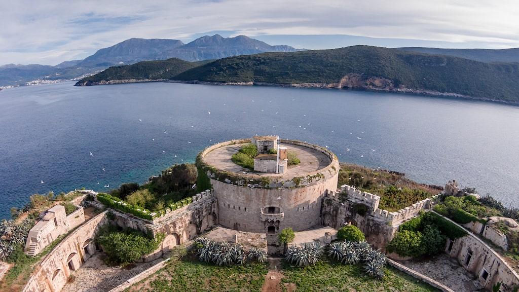 Invånare är kritiska till hotellplanerna i det historiska fortet.