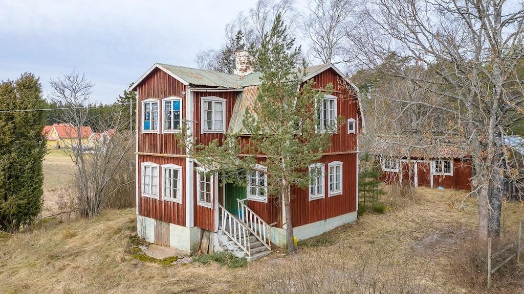 Rödvita trävillan från 1930 har stått övergiven i flera år. Aningen förfallen men med stor potential. Nu till salu på Hemnet för en mindre summa.