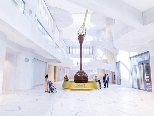 I chokladfontänen porlar 1500 liter äkta schweizisk choklad.