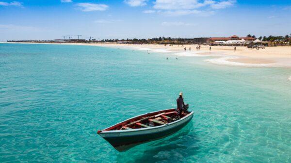 Turkost vatten utanför Santa Maria på ön Sal i Kap Verde.