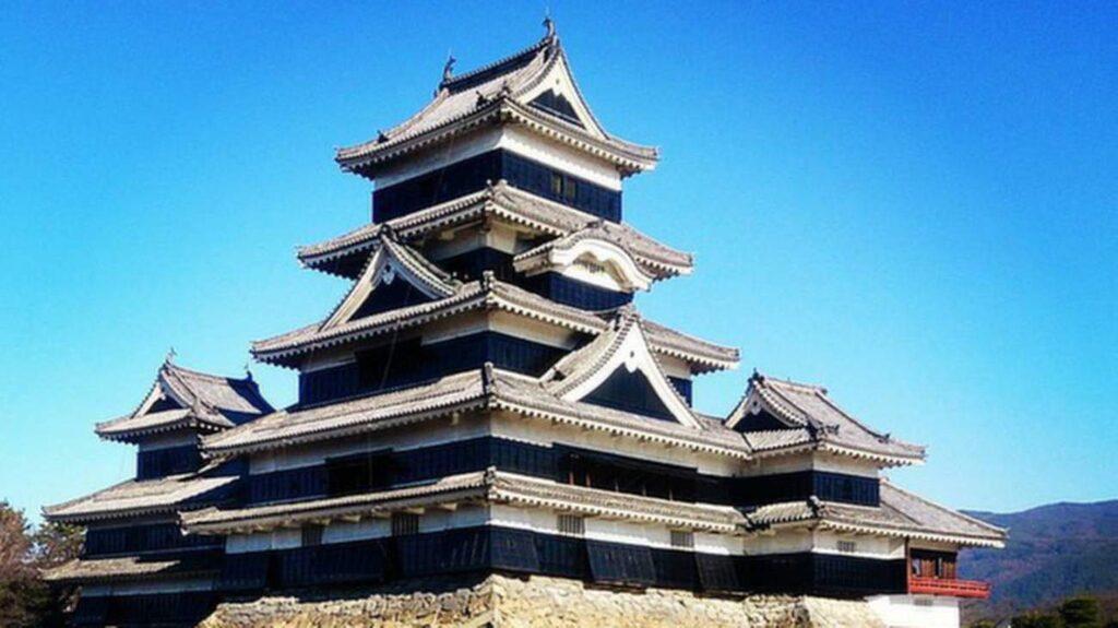 <p>Slottet i Matsumoto, Japan, fick stå kvar trots allt.<br></p>