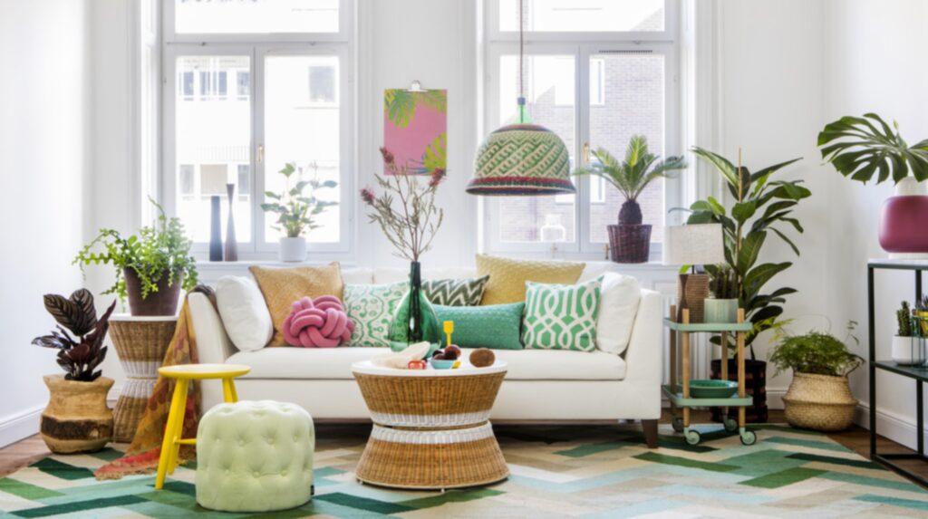 <p>Glatt och hemtrevligt. Vardagsrum med en vit bas och färggstarka detaljer, flätade möbler och gröna växter. Soffbord Sandhaug i två storlekar från Ikea.<br></p>