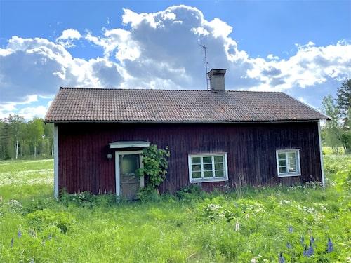 1800-talshuset som saknar en vägg och har varit övergiven i 40 år är fortfarande till salu på Hemnet.