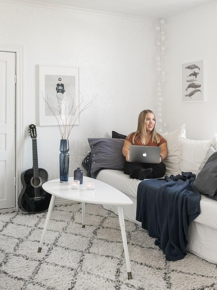 Moas rum går i samma stil som resten av huset, ljust och luftigt. Soffa och bord, Ikea. Ryamatta Tanger, Ellos Home. Blå pläd, Mio. Ljusslinga, Irislights.