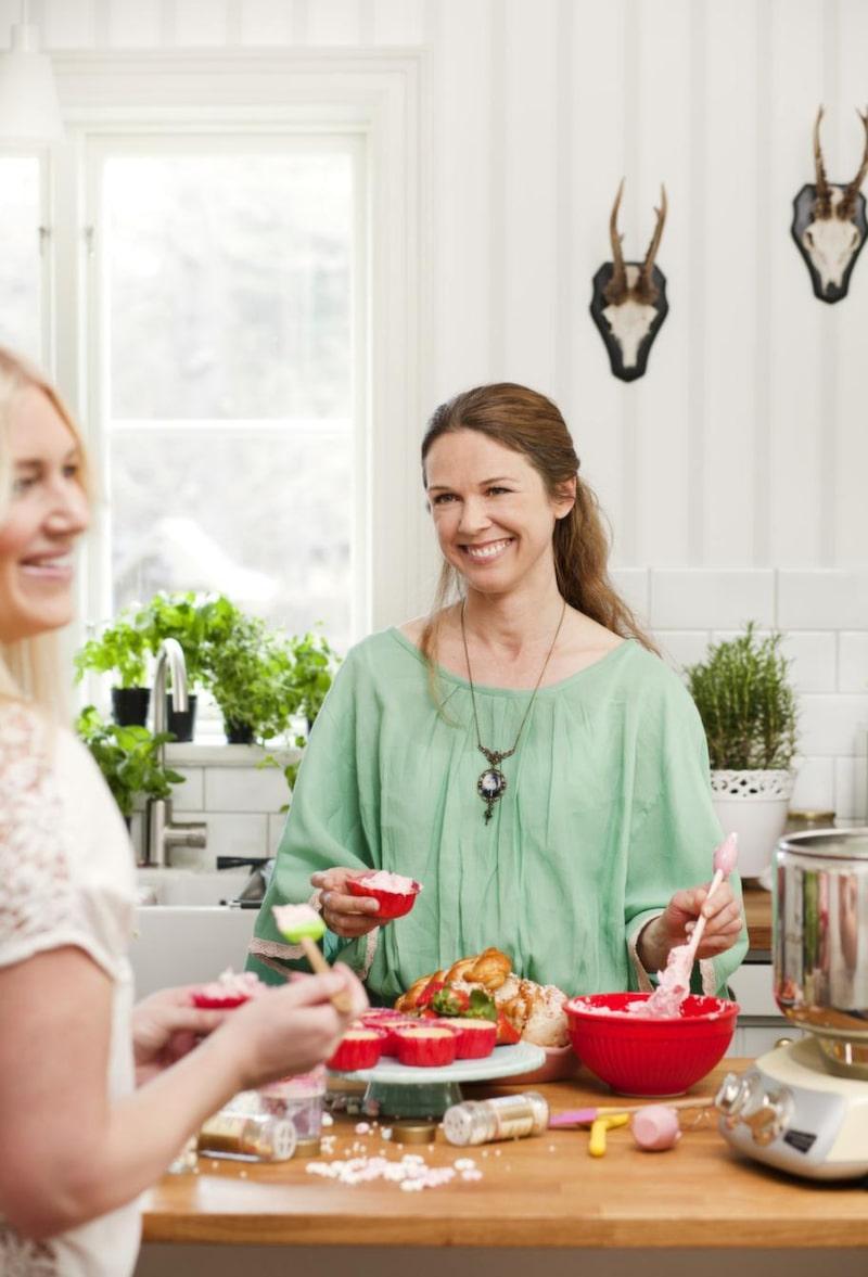 <strong>Dekorera</strong><br>Låt mammorna hjälpa till att garnera kakorna. Tårtfat, 329 kronor, Gerbera. Röd bunke, 199 kronor, Rice. Hushållsassistent, 5 500 kronor, Ankarsrum.