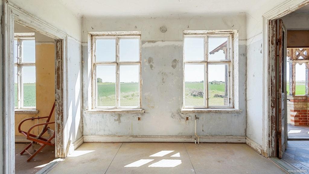 """Kontoret med hallen till höger. """"En av husets stora förtjänster trots nuvarande skick är att det aldrig renoverats och därmed inte utsatts för felaktiga material som plast och asbest"""", står det att läsa i annonsen."""