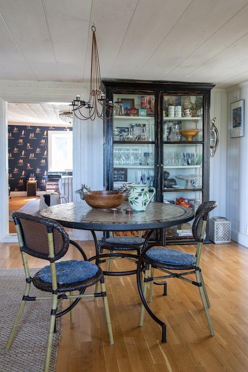 I köket finns den gamla vedspisen bevarad. Mosaikbord, Spiti. Stolarna kommer från en restaurang som sålde ut dem på Blocket. Stort vitrinskåp, Cranberry Corner. På köksbordet står en kanna av Lena Linderholm. Träskålen har Sovi köpt på Marshalls i Los Angeles.