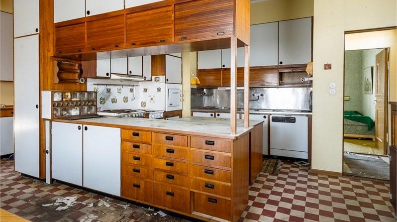 Huset, på 393 kvadratmeter, har stått öde i flera år, och som bilderna visar har det förfallit en hel del.