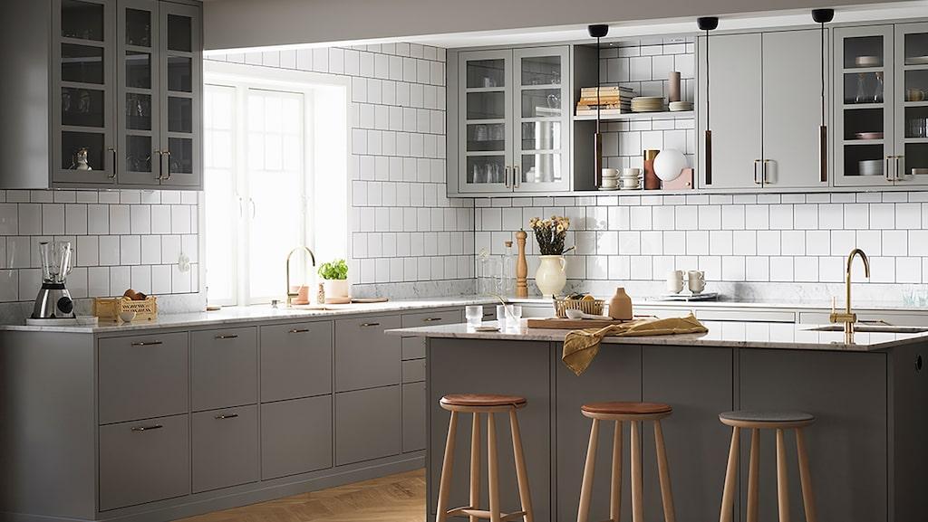 """Att välja nytt kök hemma är underbart roligt – och svårt! Här är köket """"Bistro"""" från Ballingslöv, med social köksö. Läs mer om köket nedan."""