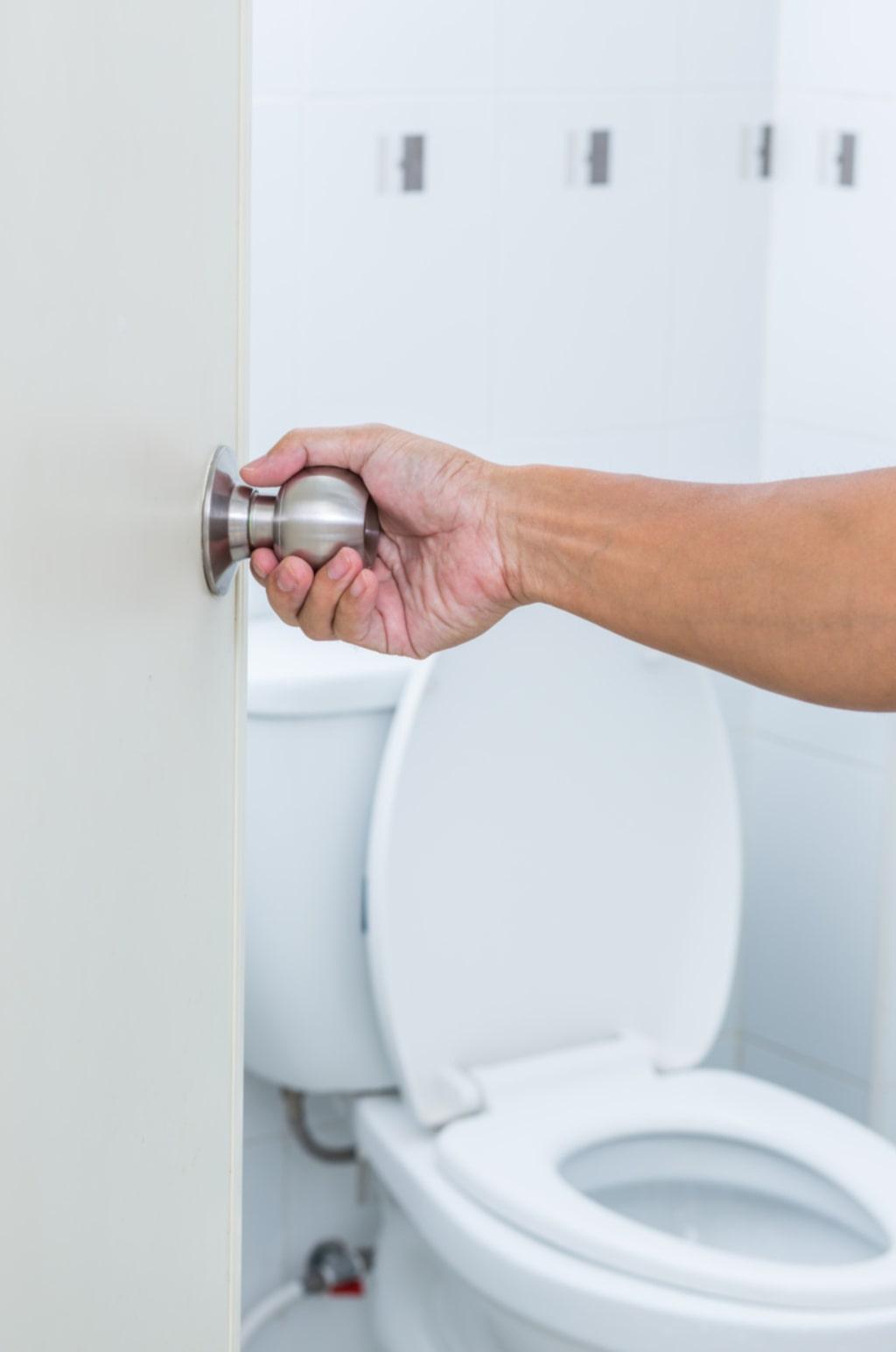 Och dörrhandtaget till toaletten. Eftersom många ofta låter dörrar vara öppna är just handtagen oväntat rena.