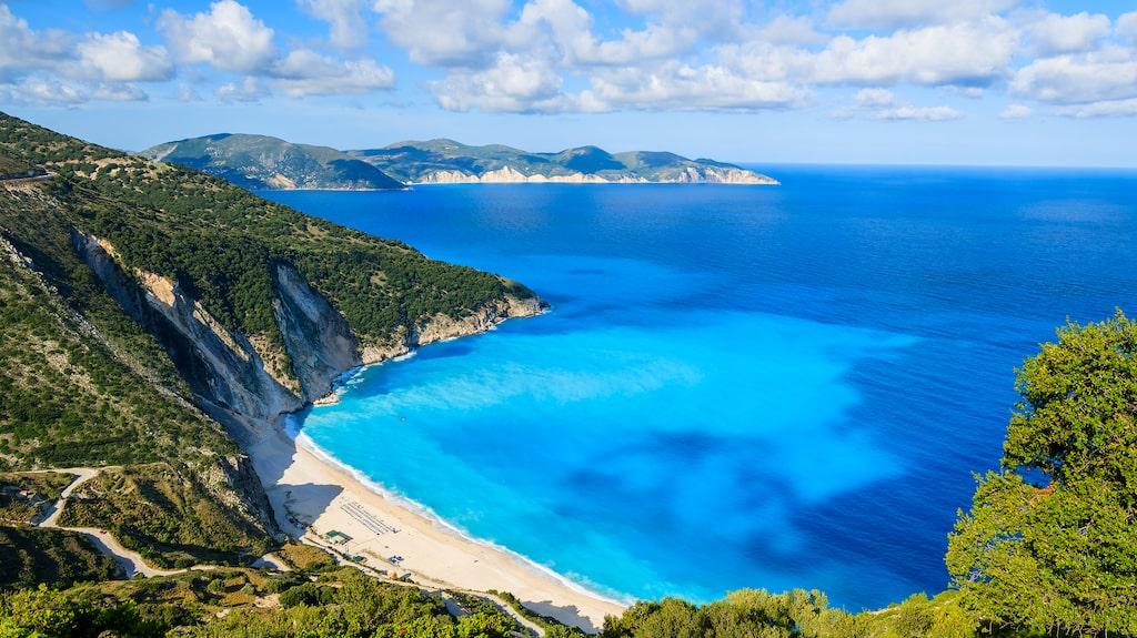 Turkosblått vatten vid stranden Myrtos på ön Kefalonia.