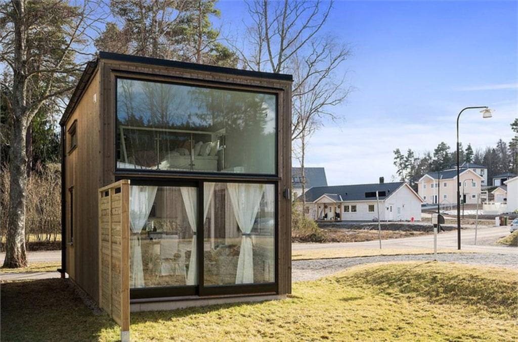Det läckra huset med stora glasfönster ligger i Huddinge utanför Stockholm.