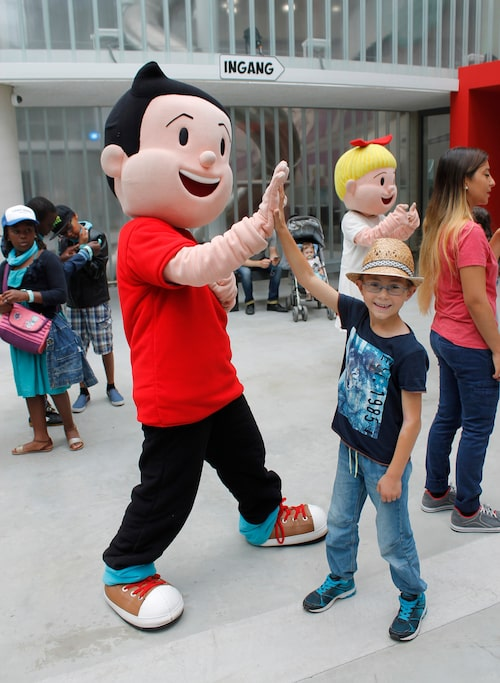 Alla kända belgiska seriefigurer finns representerade på Comics Station i Antwerpen. Här syns Isac, 7 år, som gör en high five med figuren Suske.