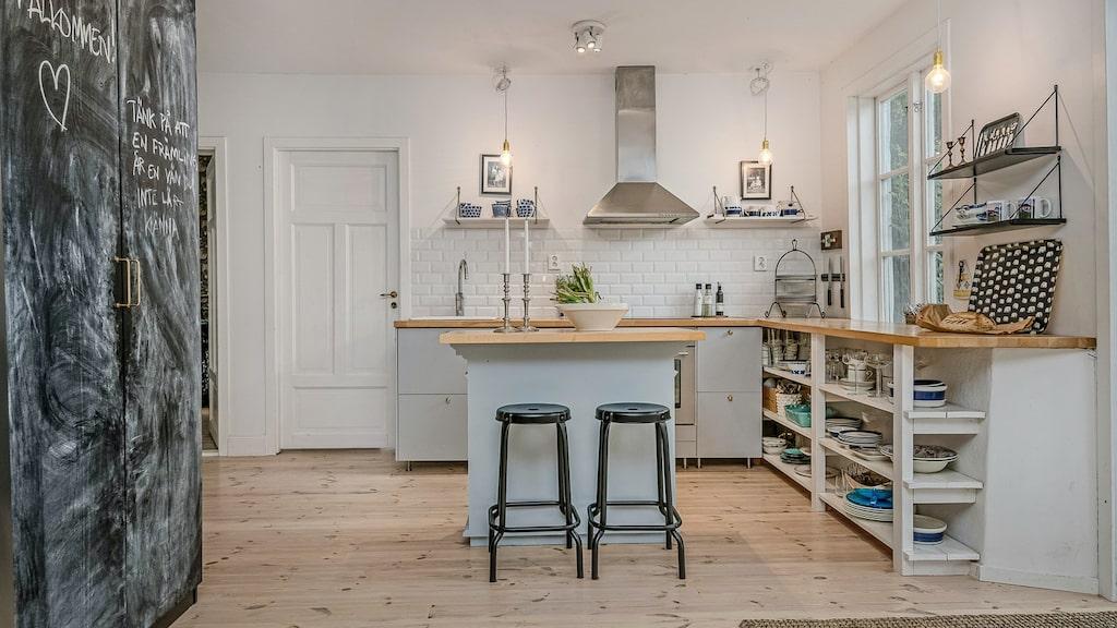 Köket har en liten köksö.