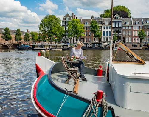 Att bo i en husbåt på Amsterdams kanaler är en dröm för många.