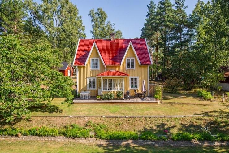 Det vackra huset med takkupor och punschveranda ligger i Habo norr om Jönköping.