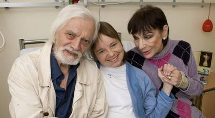 """SJUKHUSBESÖK. Pernilla får besök på sjukhuset av sina föräldrar Per Oscarsson och Kia Östling nästan varje dag. """"De är rädda att mista mig"""", säger Pernilla som är svårt sjuk."""