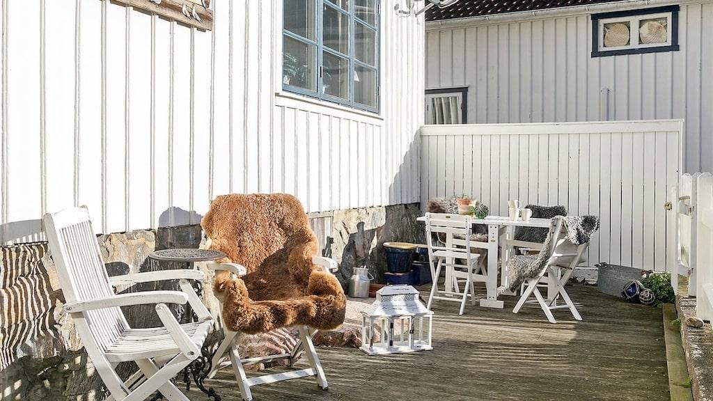 En kopp kaffe på altanen? Ja, tack! Här är det dessutom sol från morgon till kväll.