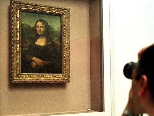 Mona Lisa är väldigt liten och trängsel framför är enorm