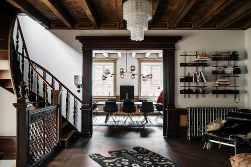 Lägenheten är på 303 kvadratmeter och har nio rum.