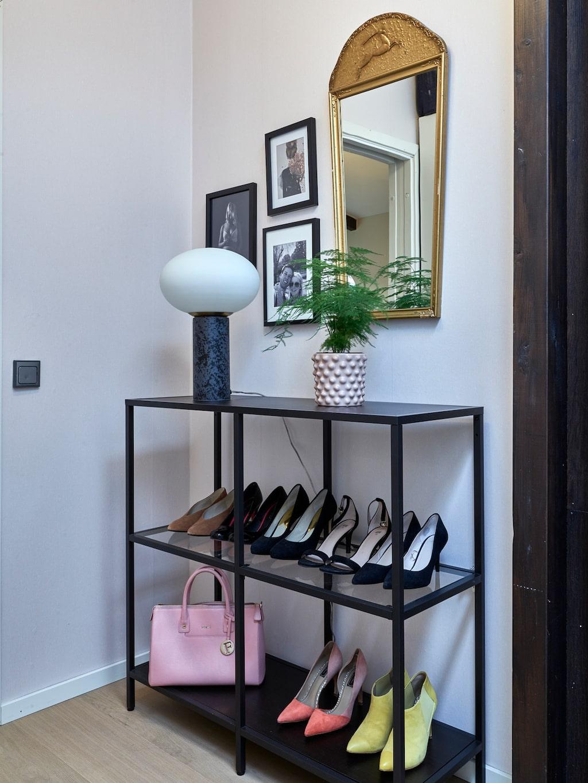 Linneas skor får stå framme och bli en snygg inredningsdetalj. Hyllan är köpt second hand. Spegeln har gått i arv. Lampa, House Doctor. Kruka, Dbkd.