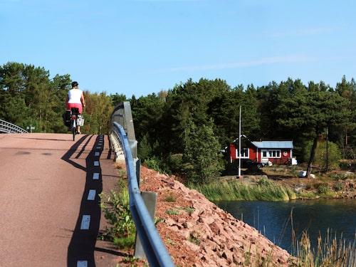 Många av öarna i Föglö kommun hänger ihop med broar eller vägfärja.