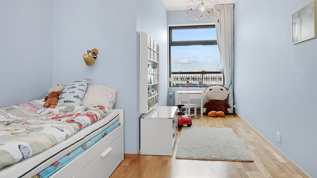 Ett av två sovrum på nedre plan med fönster som vetter mot gården. Perfekt som barnrum/arbetsrum.