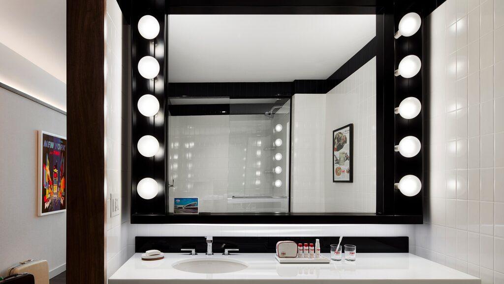 Hotellets badrum är moderna men passar ändå in i det retroinspirerade hotellrummen.