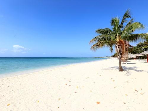 Två mil söder om Trinidad ligger stranden Playa Ancón.