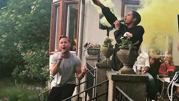 Artisterna Victor och Samir uppträdde på en stor fest som författaren och skådespelaren Martina Haag hade hemma i sin villa i Bromma. Verkar ha gått vilt till...