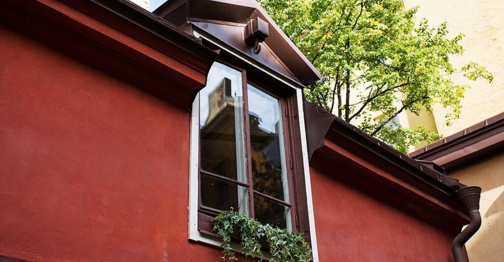 """Fönstret är den gamla """"höluckan"""" upp till skullen. Också den gamla """"hökroken"""" på utsidan av takkupan finns kvar."""