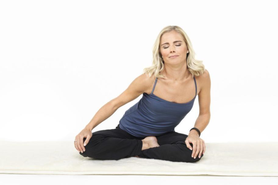 1 Suficirklar<br>Sitt med rak rygg och slutna ögon, håll om knäna och rotera långsamt överkroppen medsols, runt din egen mittlinje. Huvudet strävar att stanna kvar i mitten. Andas in i den främre delen av cirkeln, andas ut i den bakre delen. Gör detta i två-tre minuter. Sedan byter du riktning och roterar åt andra hållet, två-tre minuter. En skön stabiliserande övning för bäcken, höfter, mage och ryggrad.