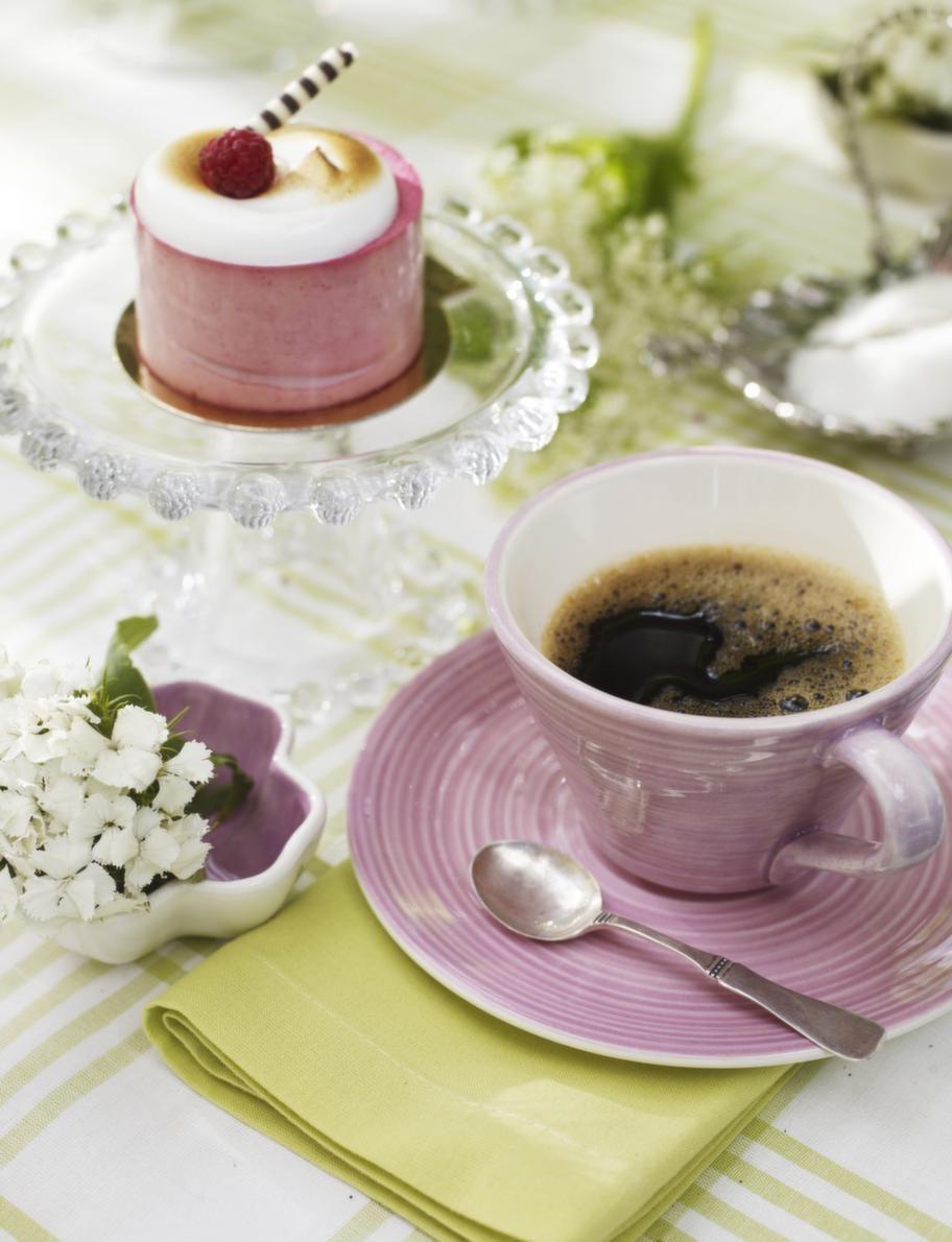 Serverat.<br>Glasassietter på fot, 69 kronor, Lagerhaus. Rosa kopp, 95 kronor, rosa fat, 75 kronor, små blomformade rosa skålar med blomma i, 49 kronor, allt från Bruka. Silversked, privat.
