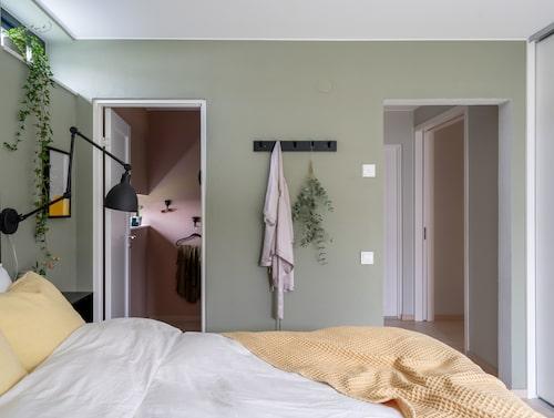 I sovrummet bryter svart inredning av mot den gröna väggfärgen. Rakt fram ligger parets walk-in-closet som Michaela målat rosa.