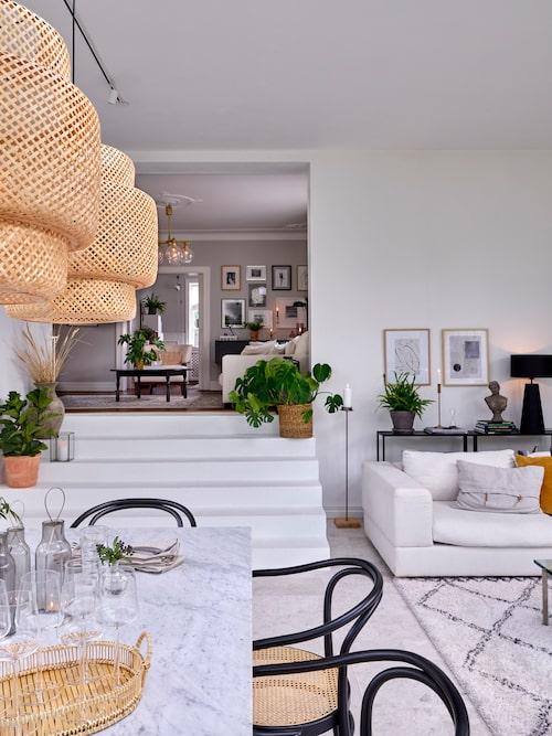 """Familjens nya """"sunroom"""" ligger några trappsteg längre ner än husets ursprungliga bottenplan. Rummen förbinds av en stilren vitmålad betongtrappa. Lampor, Ikea."""