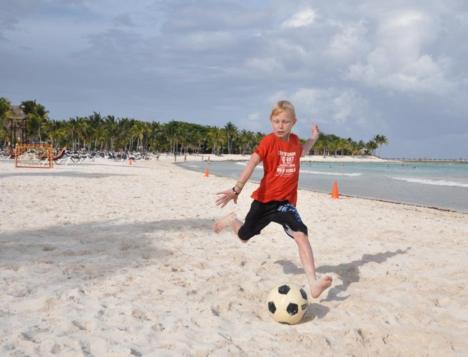 Stranden utanför hotel Blue Village Barceló Maya Caribe är perfekt för fotboll.