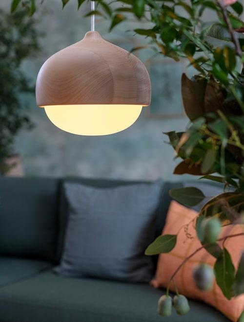 Takpendel Tehro i trä och glas, från Mater (Danskt designföretag som stöder lokalt hantverk och miljö), 4 550 kronor, Norrmalms el.