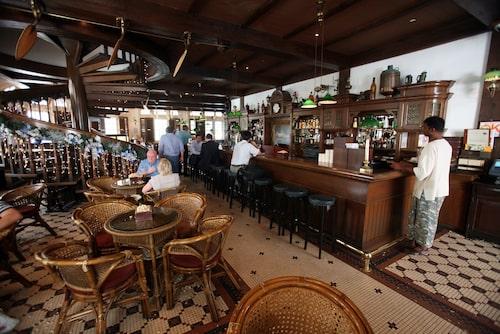Besöker man Long Bar på Raffles Hotel ska man givetvis testa en Singapore Sling.