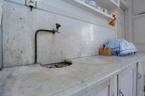 I köket finns originalbänkskivan i marmor kvar.