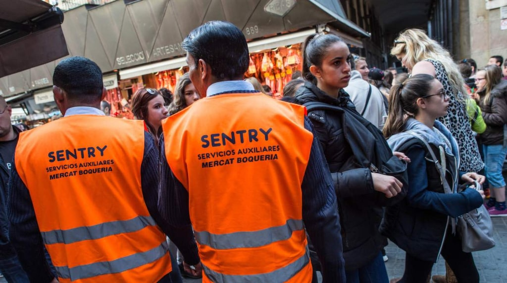Inhyrda vakter kommer att avhysa turistgrupper om femton personer eller flera.